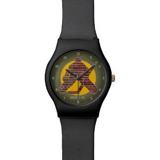 Portero de la pared de ladrillo relojes de pulsera