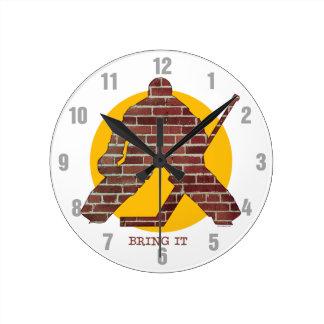 Portero del hockey de la pared de ladrillo reloj redondo mediano
