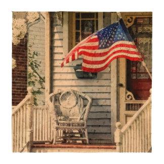 Pórtico con la bandera y la silla de mimbre posavasos