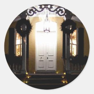 Pórtico de la casa del hexágono en la noche pegatina redonda