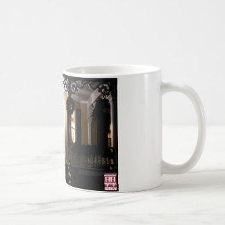 Pórtico de la casa del hexágono en la noche taza de café