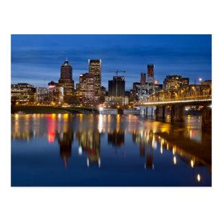 Portland Oregon céntrico en la postal azul de la