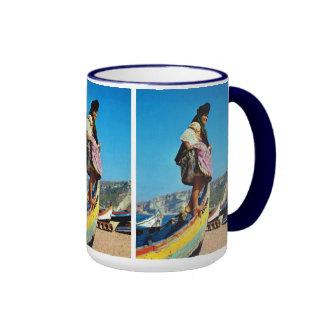 Portugal, Nazare, chica en un barco de pesca Taza A Dos Colores