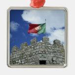 Portugal, Sintra. Bandera portuguesa en torre de Adorno Navideño Cuadrado De Metal