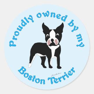 Poseído orgulloso por una Boston Terrier Pegatina Redonda