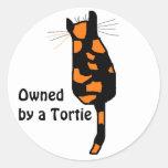 Poseído por los pegatinas de un gato de Tortie Etiqueta Redonda