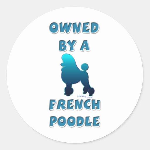 Poseído por un caniche francés pegatina redonda