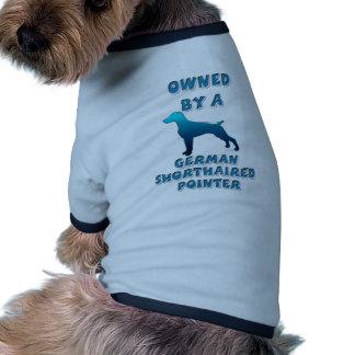 Poseído por un indicador de pelo corto alemán camisa de perrito