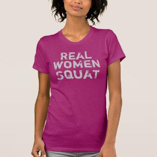 Posición en cuclillas de las mujeres reales camisas