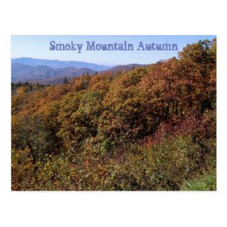 Postal ahumada del otoño de la montaña