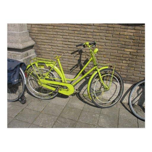 Postal amarilla brillante divertida de la biciclet