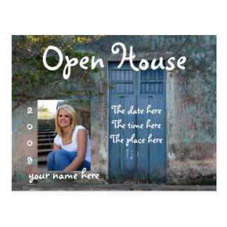 Postal azul de la casa abierta de las puertas
