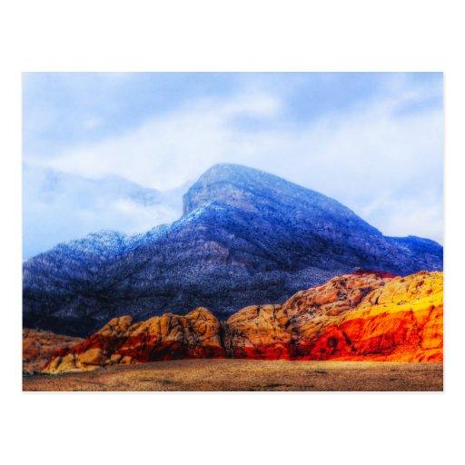 Postal azul de la montaña de la roca roja