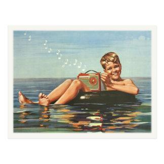 Postal con el muchacho del vintage en el océano