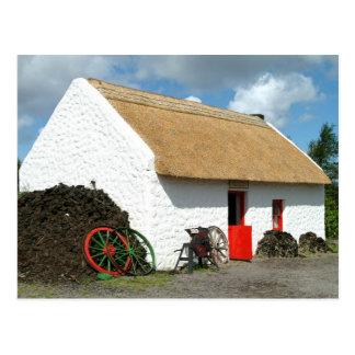 Postal cubierta con paja irlandesa de la cabaña