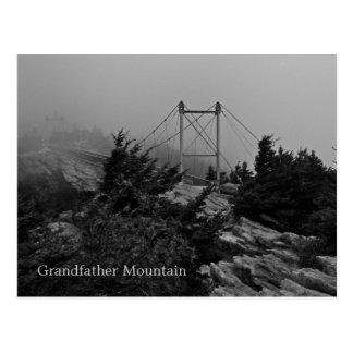 Postal de abuelo de la montaña del puente de niebl