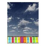 Postal de baño colorida de las chozas