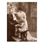 Postal de enseñanza de la música del piano del niñ
