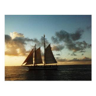 Postal de la foto de la vela de la puesta del sol