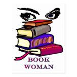 Postal de la mujer del libro