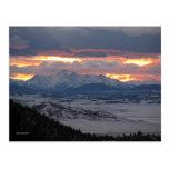 Postal de la puesta del sol de la montaña de Color