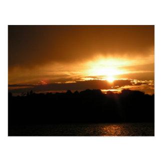 Postal de la puesta del sol del lago Sumner del fu