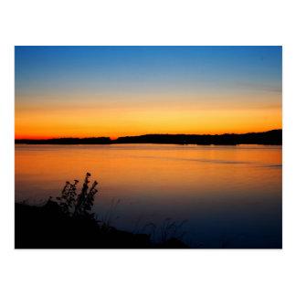 Postal de la puesta del sol del verano del río Col