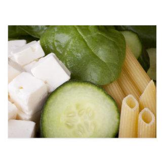 Postal de los ingredientes de la ensalada de pasta