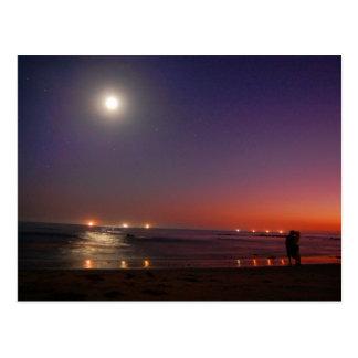 Postal del beso del océano de la puesta del sol