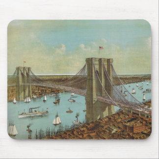 Postal del color del puente de Brooklyn Tapetes De Ratones