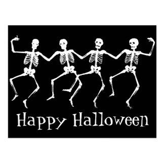 Postal del feliz Halloween con los esqueletos del