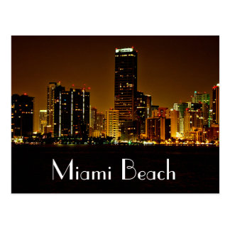 Postal del horizonte de la noche de Miami Beach la