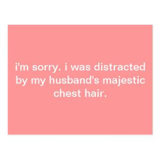 Postal del humor: Distraído por el pelo del pecho