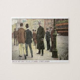 Postal del vintage de un policía irlandés puzzles con fotos