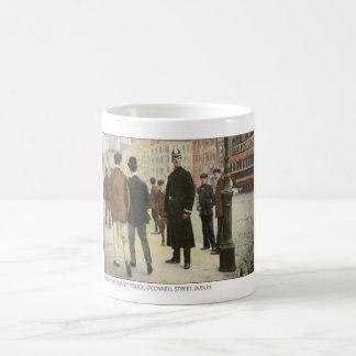Postal del vintage de un policía irlandés taza de café