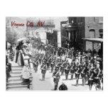 Postal del vintage del desfile de Virginia City