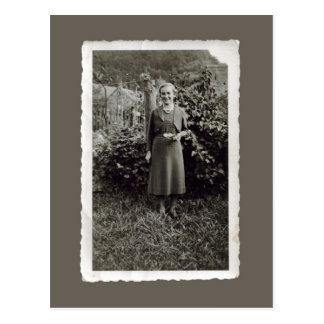 Postal del vintage - mujer joven en viñedo