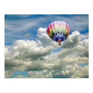 Postal - globo del aire caliente en nubes