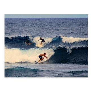 Postal grande de las personas que practica surf de