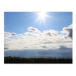 Postal hermosa de Sun y de las nubes