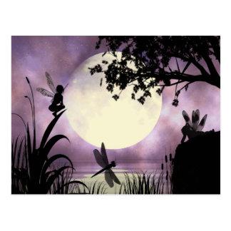 Postal iluminada por la luna de hadas de la charca