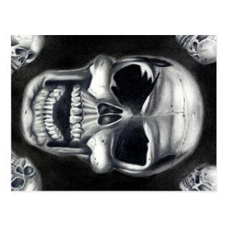 Postal negra de los cráneos humanos