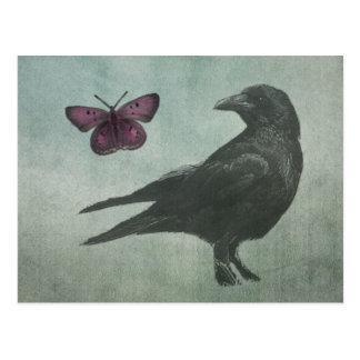 Postal negra del cuervo y de la mariposa