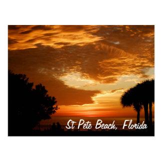 Postal - puesta del sol de la playa del St. Pete -