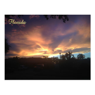 Postal púrpura de la puesta del sol del cielo