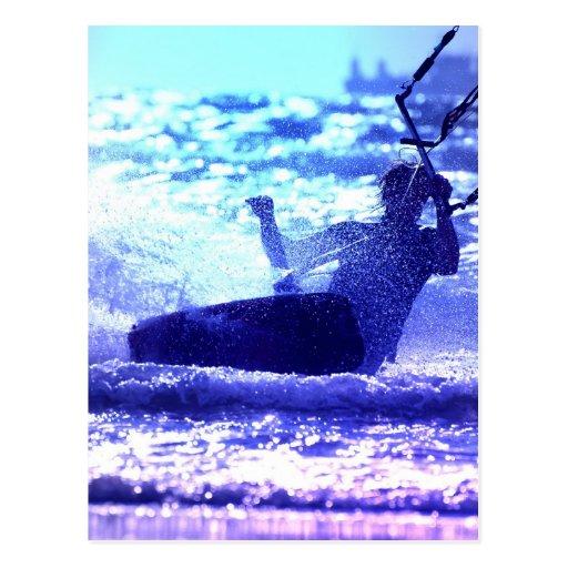 Postal que practica surf de la cometa
