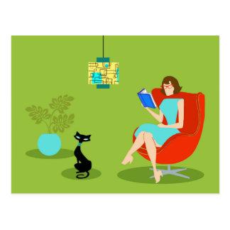 Postal retra de la mujer de la lectura