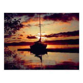 Postal rocosa de la puesta del sol del punto