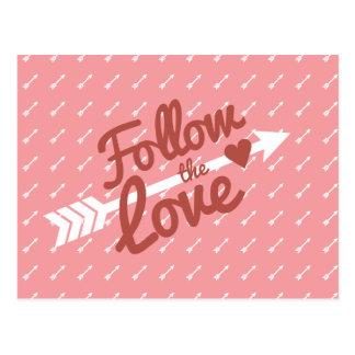 Postal roja de la flecha del corazón del amor