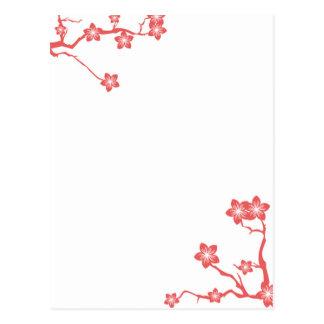 Postal roja de la silueta de la flor de cerezo